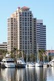 Jachthafen und Highrise Lizenzfreie Stockbilder