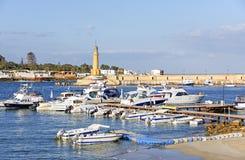 Jachthafen und Leuchtturm der alten ägyptischen Stadt von Alexandria Lizenzfreie Stockbilder
