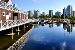 Jachthafen und Reflexionen der Vancouver-Skyline Stockbilder