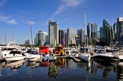 Jachthafen und Reflexionen der Vancouver-Skyline Stockbild
