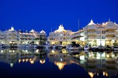 Jachthafenbereich nachts, Benalmadena, Spanien. Stockfotografie