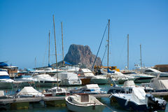 Jachthafenboote Calpe Alicante mit Penon de Ifach Lizenzfreie Stockfotos