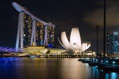 Jachthafenbucht-Sandhotel und ArtScience-Museum belichtet während der Nacht lizenzfreie stockfotos