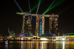 Jachthafenbucht Singapur, mit Laserlichten grün und schöner Beleuchtung des blauen Nachtschwarzhimmels Lizenzfreie Stockfotos