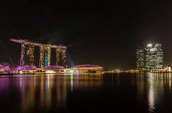 Jachthafenbucht Singapur, mit Laserlichten grün und schöner Beleuchtung des blauen Nachtschwarzhimmels Stockbild