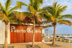 Jachthafengebäude und Palmen in Hafen Puerto Calero Stockfotografie