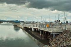 Jachthafengehweg und -dock Lizenzfreie Stockfotos