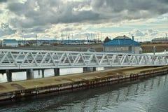 Jachthafengehweg und -dock Stockfotos