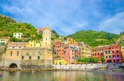 Jachthafenhafen, Chiesa-Di Santa Margherita di Antiochia-Kirche, grüner Hügel und bunte Gebäudehäuser in Vernazza lizenzfreies stockfoto