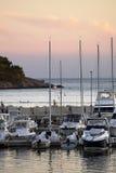 Jachthafenpier mit Yachten bei Sonnenuntergang in Kroatien Lizenzfreie Stockfotografie