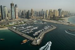 Jachthafens u. Gebäude in Dubai Lizenzfreie Stockbilder