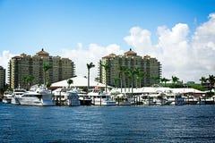 Jachthaven bij Flatgebouwen met koopflats royalty-vrije stock afbeeldingen