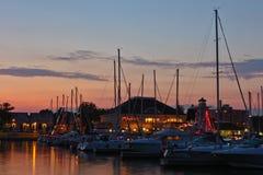 Jachthaven bij Schemer stock foto