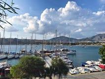Jachthaven in blauwe waterbaai stock afbeeldingen
