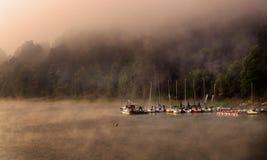 Jachthaven in de ochtendmist royalty-vrije stock fotografie
