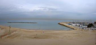 Jachthaven en strand Royalty-vrije Stock Afbeelding