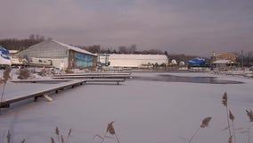 Jachthaven in het weg seizoen stock footage