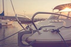 Jachthaven met gedokte jachten bij de zonsondergang yachting sailing reis concept Vakantie royalty-vrije stock afbeeldingen
