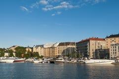 Jachthaven met jachten en residentual gebouwen Helsinki Stock Foto