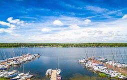 Jachthaven met vastgelegde zeilboten Zeilboten op het meer Landschap van Koronowski-lagune met hemel Stock Afbeelding