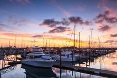 Jachthaven onder kleurrijke zonsondergangwolken royalty-vrije stock afbeelding
