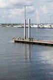 Jachthaven op Achtergrond van Pelikanen op Pijler Stock Foto's