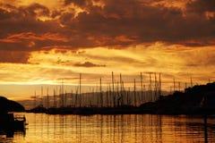 Jachthaven in zonsondergang Royalty-vrije Stock Foto's