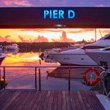 Jachthavenbaai met boten bij schemerpijler D royalty-vrije stock afbeelding