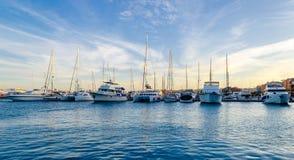 Jachthavenboten en jachten Stock Foto's