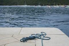 Jachthavenmeertros voor een bootcruise Stock Foto's