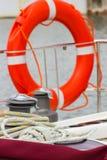 Jachting, kolorowa arkana z pomarańczowy lifebuoy na żaglówce fotografia stock