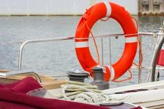 Jachting, kolorowa arkana z pomarańczowy lifebuoy na żaglówce obrazy stock