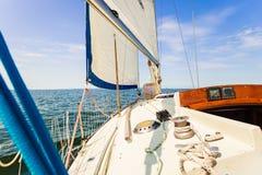 Jachting na żagiel łodzi podczas pogodnej pogody Zdjęcia Royalty Free