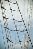 Jachtmast tegen blauwe de zomerhemel yachting stock afbeeldingen