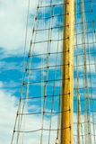 Jachtmast tegen blauwe de zomerhemel yachting royalty-vrije stock afbeelding