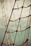 Jachtmast tegen blauwe de zomerhemel yachting stock fotografie