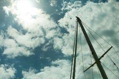 Jachtmast tegen blauwe de zomerhemel yachting royalty-vrije stock fotografie