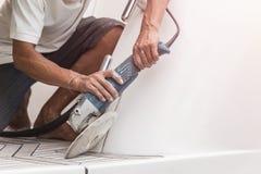 Jachtonderhoud Een mens het oppoetsen kant van de witte boot in stock afbeeldingen