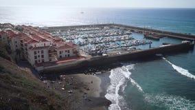 Jachtparkeren en strand op de kust van Tenerife stock video