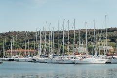 Jachtparkeren in haven, de club van het havenjacht in Marina di Scarlino Stock Foto