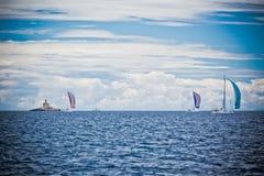 Jachtregatta bij het Adriatische Overzees in winderig weer royalty-vrije stock foto's
