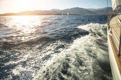 Jachtu żeglowanie w kierunku zmierzchu Rzędy luksusowi jachty przy marina dokiem Zdjęcia Royalty Free