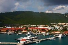 Jachtu basen Pod Tropikalnymi wzgórzami Zdjęcia Royalty Free