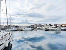 Jachtu cumowanie w Biograd na Moru miasteczku, Chorwacja Obrazy Stock