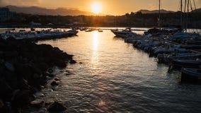 Jachtu cumowanie w Giardini Naxos miasteczku na zmierzchu Fotografia Royalty Free