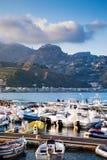 Jachtu cumowanie w Giardini Naxos miasteczku w wieczór Zdjęcie Stock