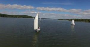 Jachtu żeglowanie na jeziorze Jachtu trutnia materiał filmowy Żeglowanie jachtu anteny wideo zdjęcie wideo