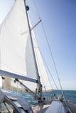 Jachtu żeglowanie Na morzu Przeciw niebieskiemu niebu Zdjęcie Stock