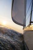 Jachtu żeglowanie W Szorstkim morzu Obrazy Stock