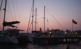 Jachtu i jetty sylwetki przy świtem fotografia royalty free